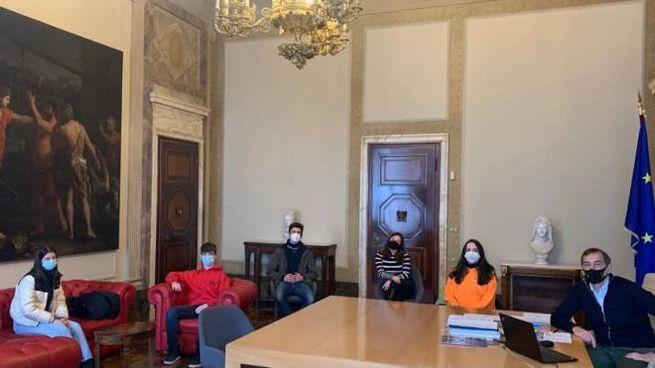 Il sindaco Sala e la delegazione degli studenti a Palazzo Marino (Foto Facebook sindaco)