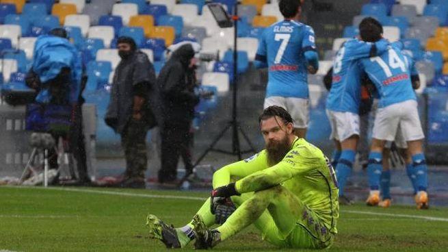 Napoli-Fiorentina 6-0, Dragowski sconsolato (Ansa)