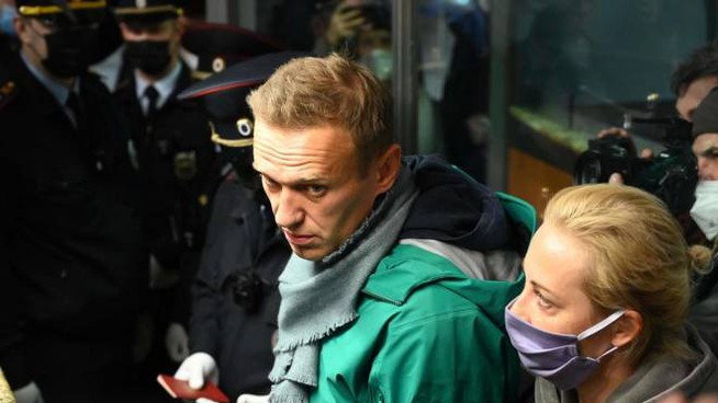 Mosca, Navalny con la moglie Yulia al controllo passaporti (Ansa)