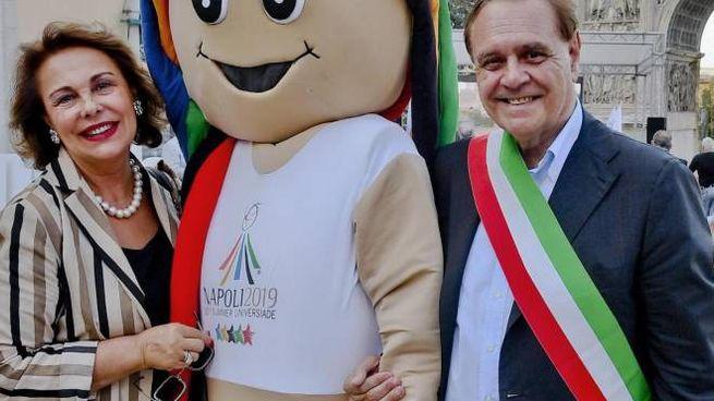 Sandra Lonardo, 67 anni, con il marito Clemente Mastella, 73 anni, sindaco di Benevento, in una foto d'archivio con la mascotte delle Universiadi 2019