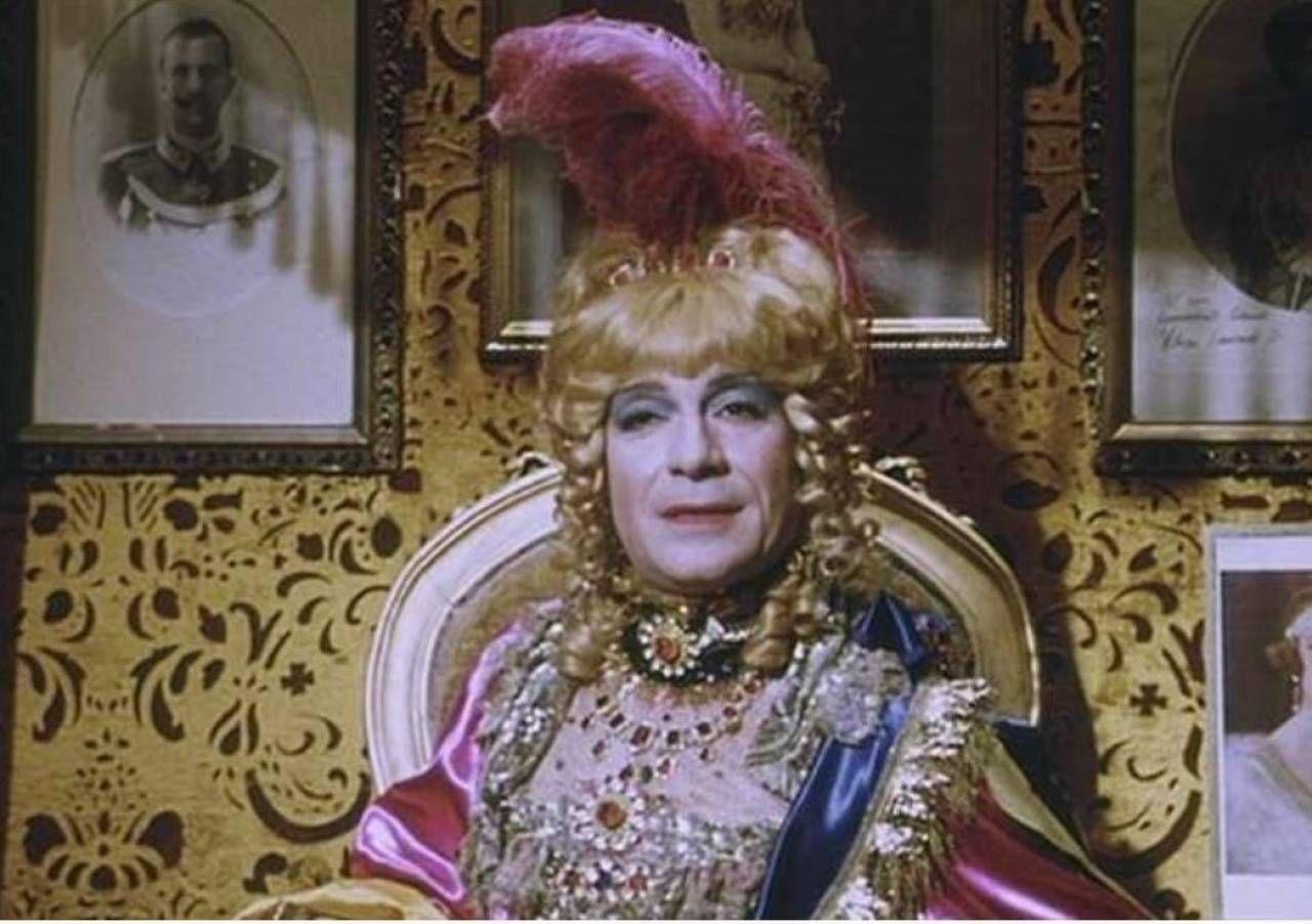 . Ugo Tognazzi en travesti nel film Splendori e miserie di Madame Royale diretto da Vittorio Caprioli nel 1970