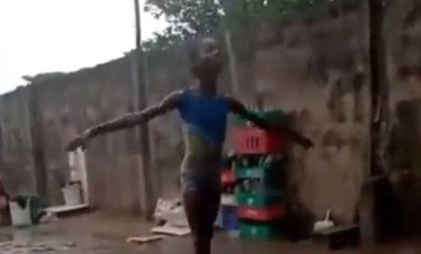 La bambina africana che danza sotto la pioggia