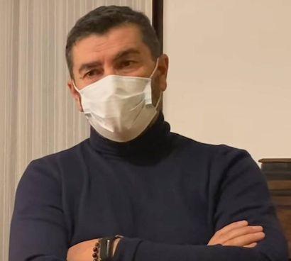 Marco Dominelli è il titolare di un negozio di abbigliamento Sulla vetrina aveva affisso il cartello rimosso dai carabinieri
