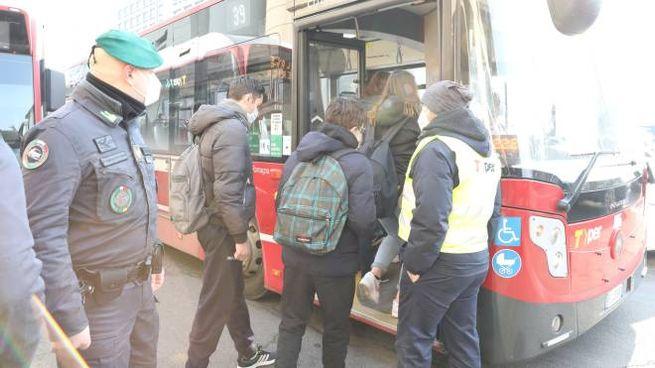 L'ingresso dei ragazzi sui bus il 18 gennaio al rientro dallo stop pandemico