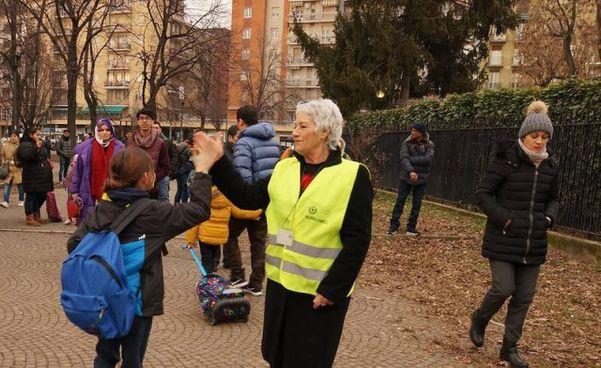 Una nonna impegnata come volontaria per le scuole primarie e dell'infanzia