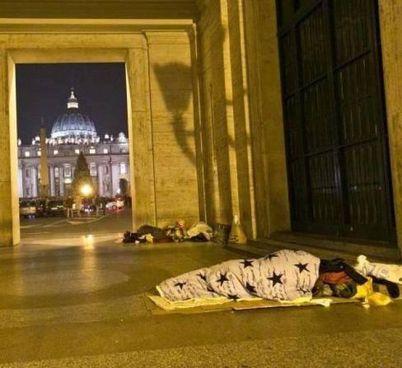 I senzatetto dormono sotto al portico: sullo sfondo la cupola di San Pietro
