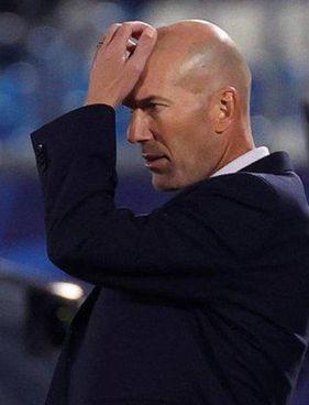 Zinedine Zidane preoccupato: al Real ha un contratto da 12 milioni netti all'anno fino al 2022 e pare certo che a fine stagione lascerà la panchina