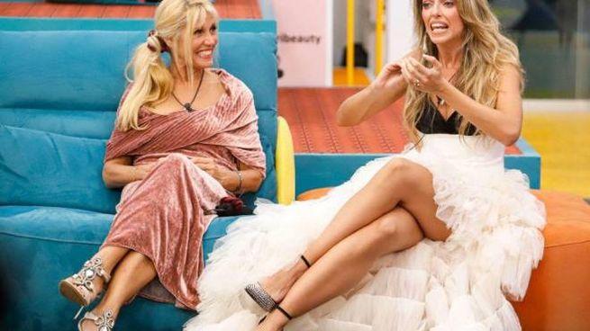 Guanda Goria (32 anni) siede sul divano della Casa più spiata dagli taliani accanto alla madre Maria Teresa Ruta (60 anni)