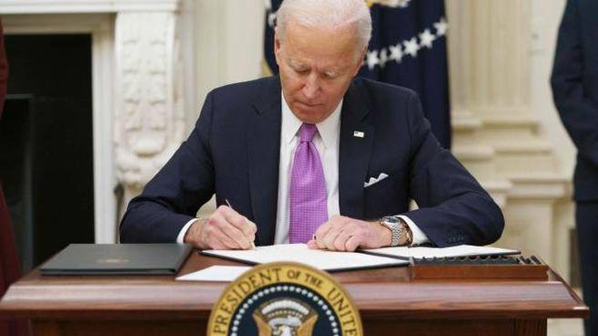 Il presidente Joe Biden firma i primi ordini esecutivi (Ansa)