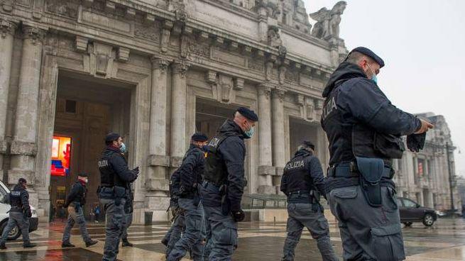 Controlli di Polizia a Milano (Ansa)