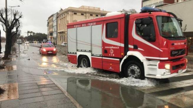 Intervento dei vigili del fuoco a Livorno (Foto Novi)