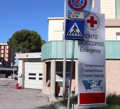 L'accesso al pronto soccorso dell'ospedale di Urbino. C'è un'emergenza medici
