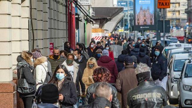 Coronavirus, folla in centro a Milano: la Lombardia è tornata arancione (Ansa)