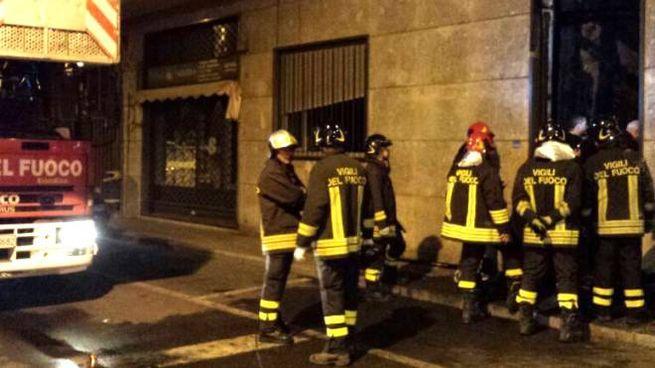 I vigili del fuoco sul luogo dell'incendio a Cerro Maggiore
