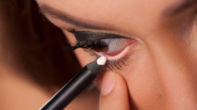 Trucco occhi con la matita bianca