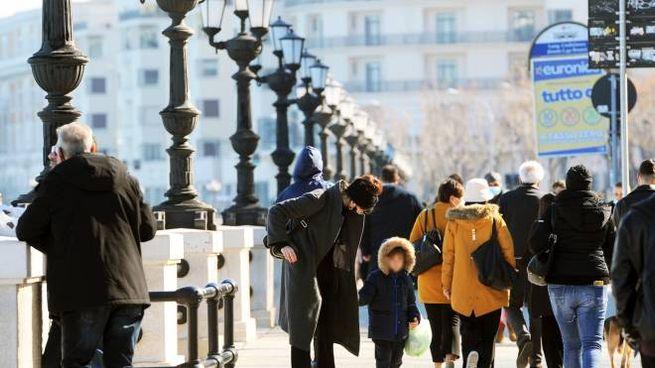 Coronavirus, persone a passeggio sul lungomare di Bari (ImagoE)