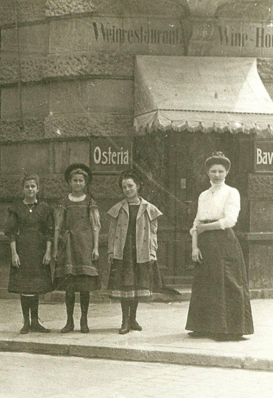 Una foto d'epoca dell'Osteria Bavaria, Schellingstrasse, Monaco di Baviera