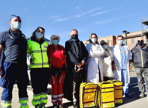 La consegna del materiale, davanti all'ospedale guastallese, con la presidente del Rotary Anna Soresina e alcuni membri del personale sanitario