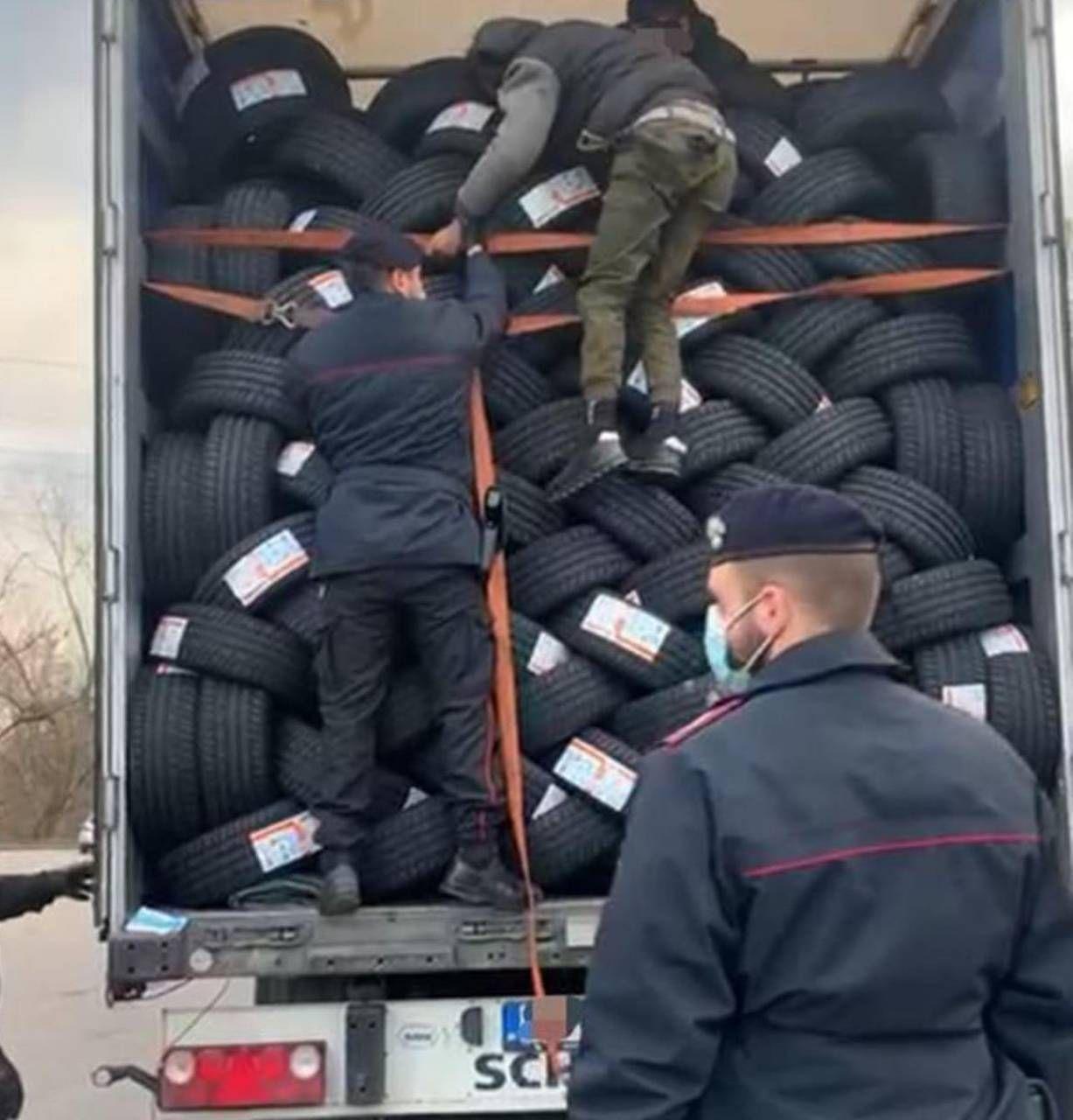 I carabinieri controllano il Tir in cui si nascondevano i profughi afgani
