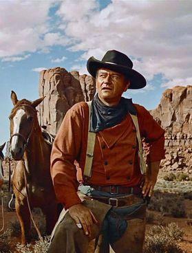 """John Wayne in """"Sentieri selvaggi"""" (1956) e, nella foto in alto, in """"Ombre rosse"""" (1939), entrambi diretti da John Ford"""