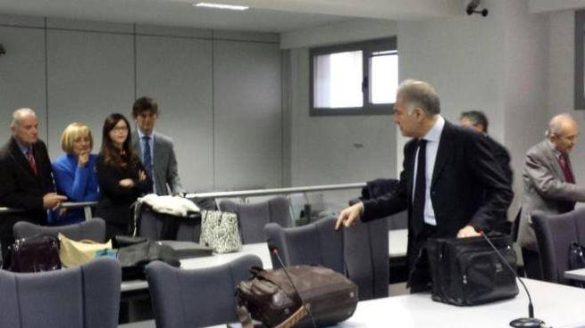 Lucia Annibali al processo affiancata da genitori e fratello, mentre dialoga con l'avvocato Francesco Coli