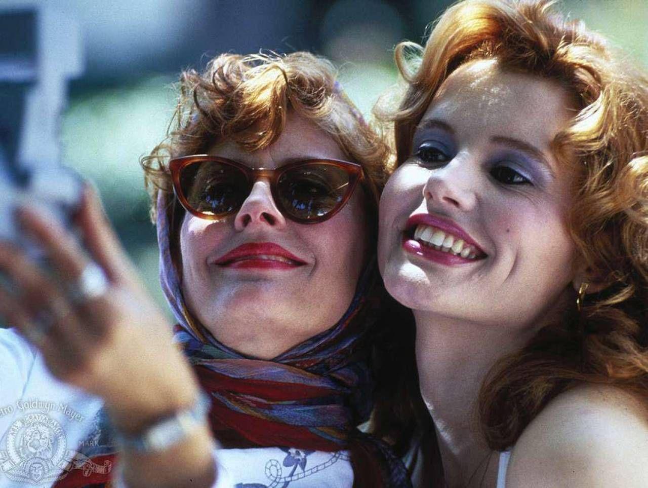 "Susan Sarandon e Geena Davis in ""Thelma e Louise"". Sotto Sarandon oggi, 74 anni"