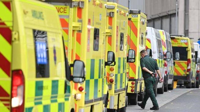 Londra, ambulanze fuori dall'ospedale (Ansa)