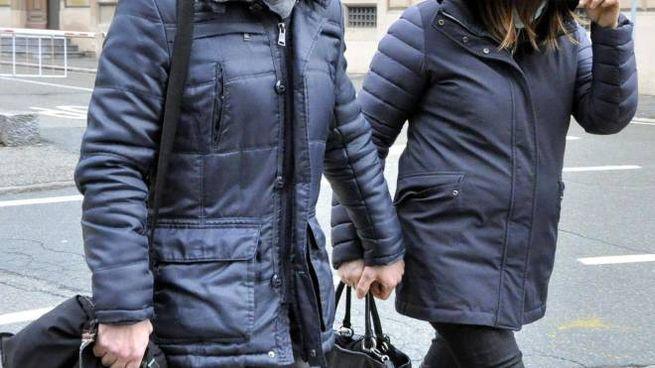 Annamaria Franzoni, 49 anni, insieme al suo legale,. è uscita dal tribunale di Aosta coprendosi il volto