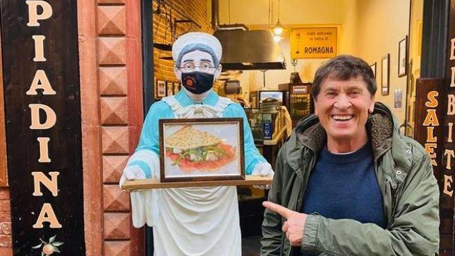 Gianni Morandi a Ravenna per gustare una piadina.