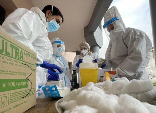 Il team prepara i vaccini in una Rsa della provincia (Acerboni/FotoCastellani)