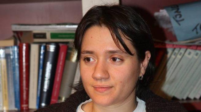 Ramona Angiolini,  l'avvocato Edoardo Truppa e, a fianco, il tatuaggio 'incriminato'