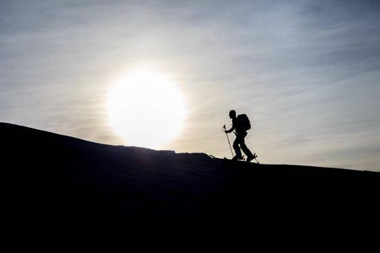 Una suggestiva immagine di scialpinismo scattata sui pendii delle alpi lombarde