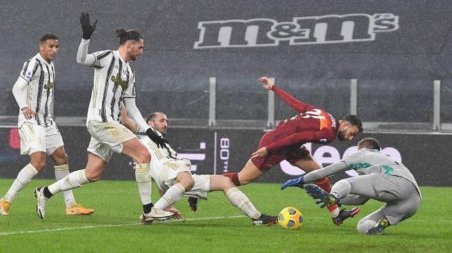 I difensori della Juve in azione contro la Roma (Ansa)