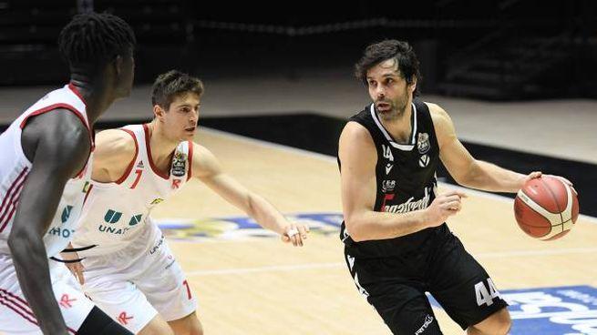 Milos Teodosic attacca Leonardo Candi (Ciamillo-Castoria)