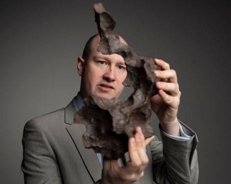 James Hyslop, il banditore di Christie's che supervisiona l'asta online dei meteoriti, nuovi lussuosi oggetti del desiderio