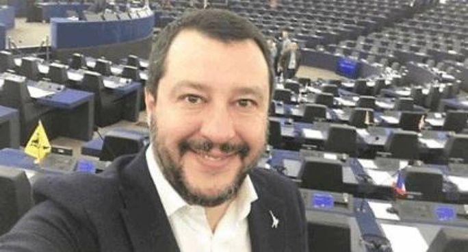 Un selfie di Matteo Salvini, 47 anni, nell'aula del Parlamento europeo