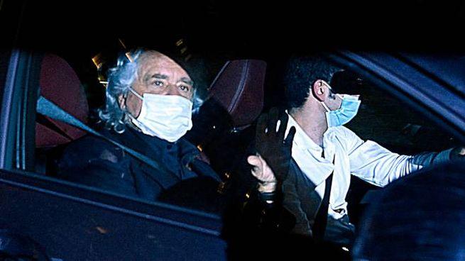 Beppe Grillo esce dalla Camera (Ansa)