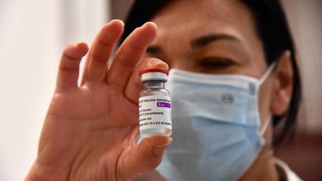 Una fiala del vaccino di AstraZeneca (Ansa)