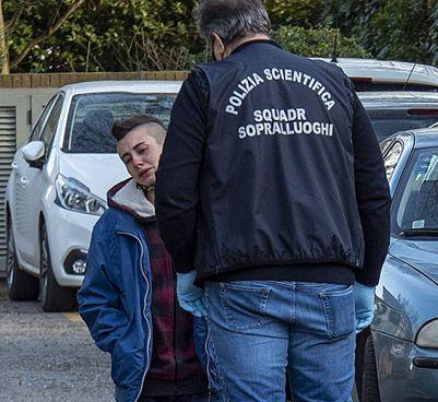 Arianna, 20 anni, la figlia della vittima Ilenia Fabbri: ieri ha portato fiori nella casa (Corelli)