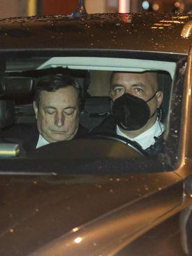 Il presidente incaricato Mario Draghi, 73 anni, all'uscita da Montecitorio