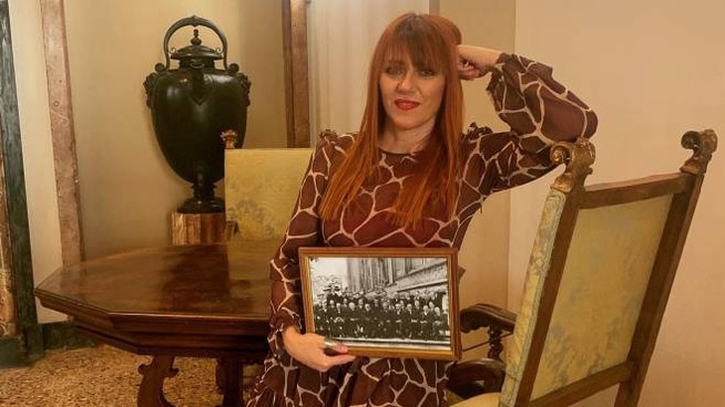 """Gabriella Greison con la foto usata durante lo spettacolo teatrale """"Monologo Quantistico"""""""
