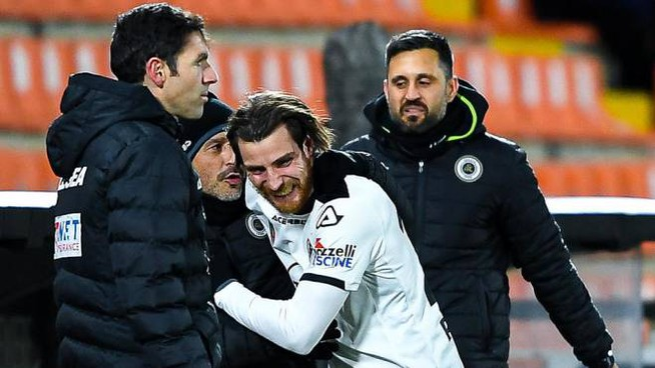Spezia-Milan, Bastoni abbraccia Italiano dopo il gol (Ansa)
