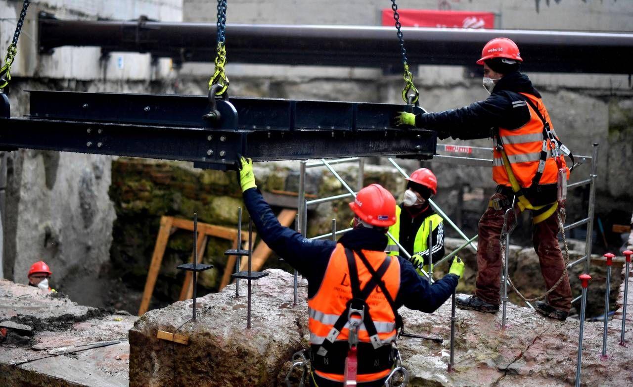 Nella foto, operai al lavoro a Milano per la realizzazione di una metropolitana