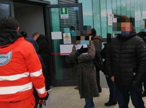 La farmacia territoriale è al Giovannini; un mese fa i cittadini hanno documentato le code alla vecchia sede, come si vede nella foto