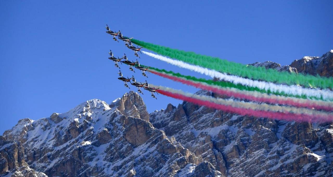 Mondiali di sci: lo spettacolo delle Frecce Tricolori nel cielo di Cortina  - Sport - ilgiorno.it