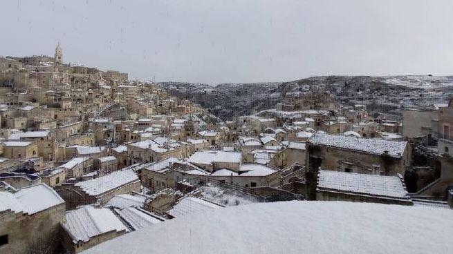 Gelo e neve al Sud: imbiancati i sassi di Matera (Ansa)