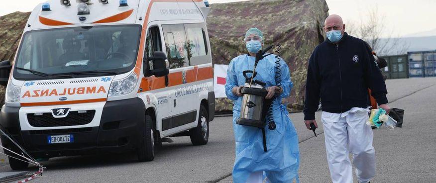 L'ospedale da campo a Perugia, città dove la presenza delle varianti ha fatto scattare l'allerta per una terza ondata
