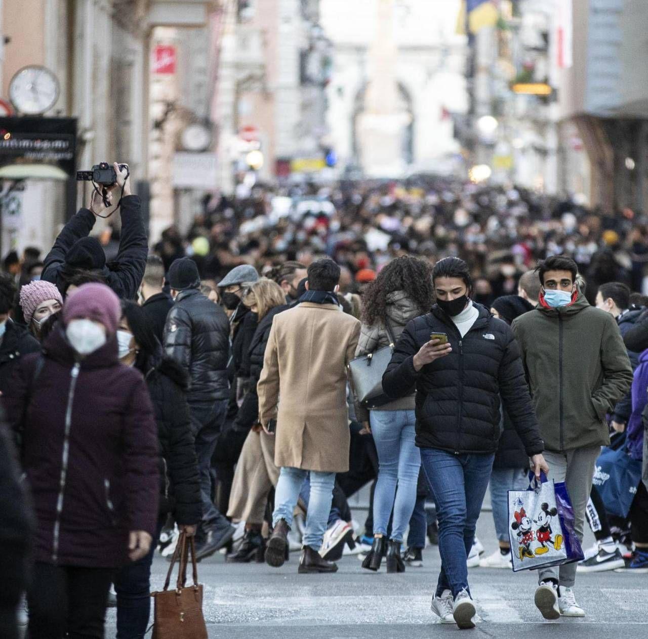 La folla in via del Corso a Roma ieri pomeriggio