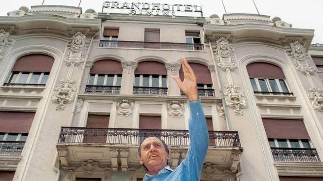 Alberto Sordi si fa fotografare davanti al Grand Hotel di Rimini