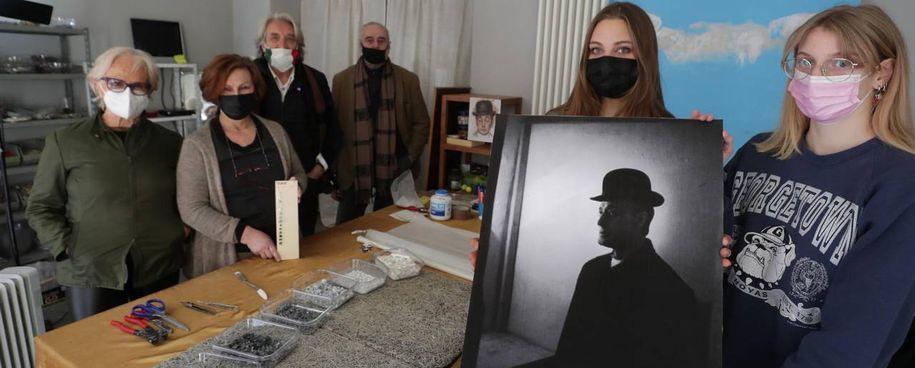 La foto di Mulas che ritrae Totò, le artiste che realizzeranno il mosaico e i rappresentanti dell'associazione Dis-Ordine
